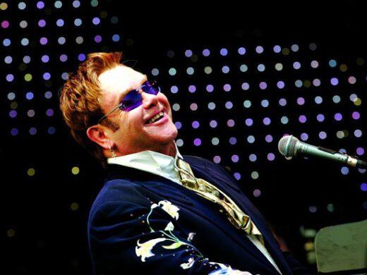 Элтон Джон посвятил концерт в Москве гею, убитому в Волгограде