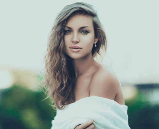 На днях на канале ELLO было представлено новое видео молодой российской певицы Bravve ( Катерина Бравве)на романтическую композицию Never Let it Go (I.R.)