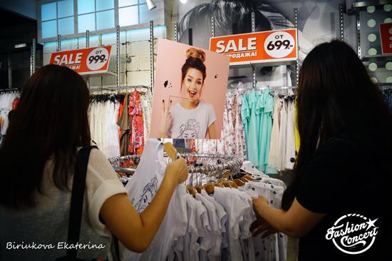 Видеоблогер Мария Вэй и молодежный бренд Befree 30 июня предоставили публике невероятный проект – совместный дизайн одежды. Коллекция ограничена до безобразия. Эксклюзивную одежду от Маши Вэй можно найти в московском Befree в «Колумбусе», в питерской «Галерее» и, конечно же, в интернете.