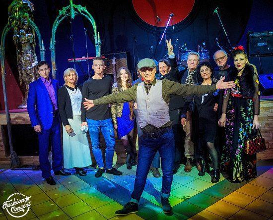 А.Могилевский на фоне участников и гостей концерта
